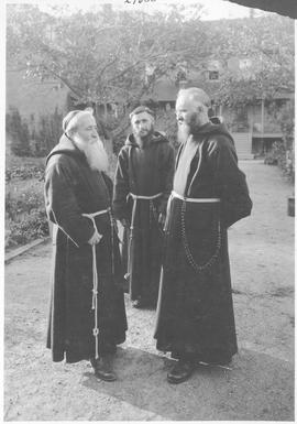 Ottawa. A group of Capucian Monks in the garden of their monastery / 27800