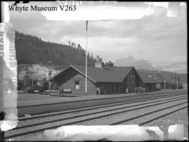 Louise station : [Lake Louise railway station]