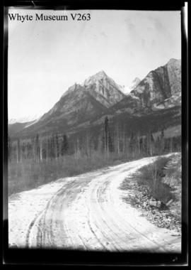 Auto road, Minnewanka, Rundle : [Lake Minnewanka, Mount Rundle]